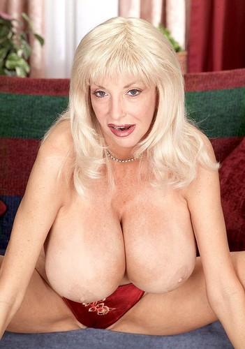 Dee Dee Deluxx   Fantastic Big Booby Does Dick